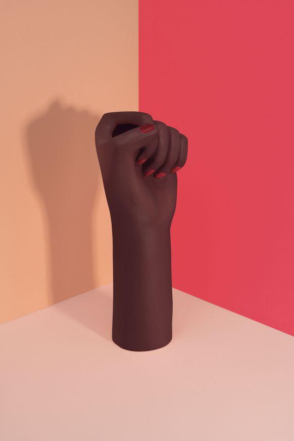 vase-girl-power-noir-h-27-cm_madeindesign_317131_original