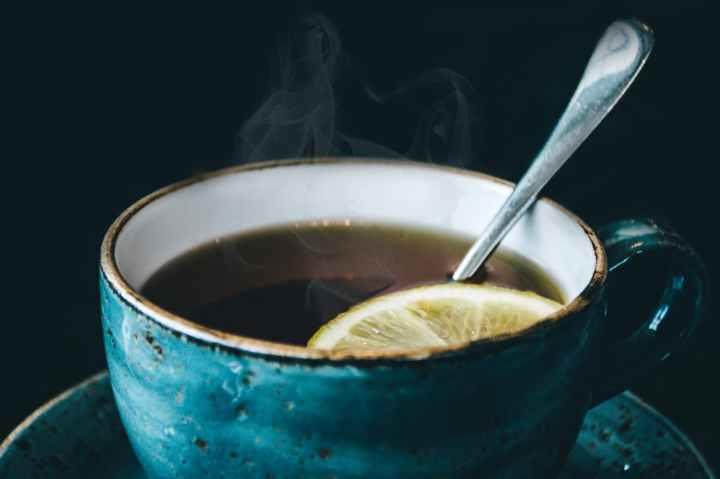 photographie de tasse a cafe en ceramique bleue